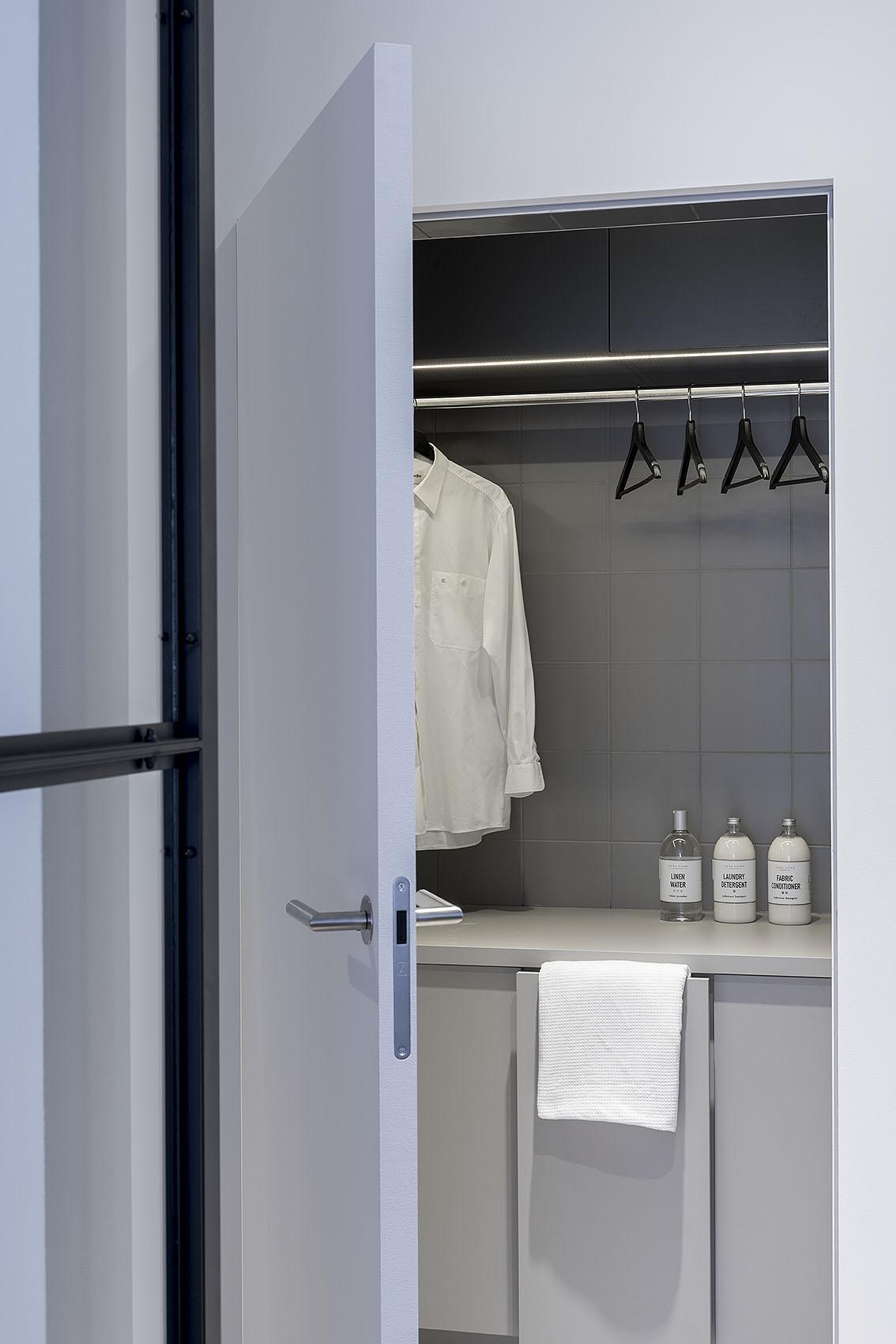 Uchylone ukryte drzwi do pralni.