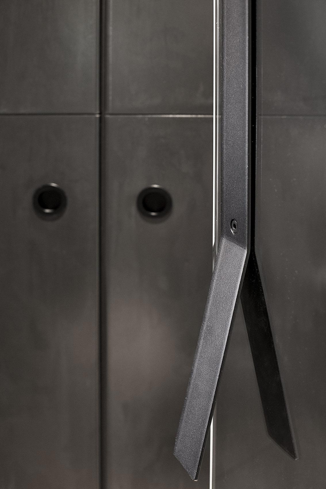 Projektowany indywidualnie uchwyt drzwi z płaskownika oraz front szafy z blachy gorącowalcowanej.