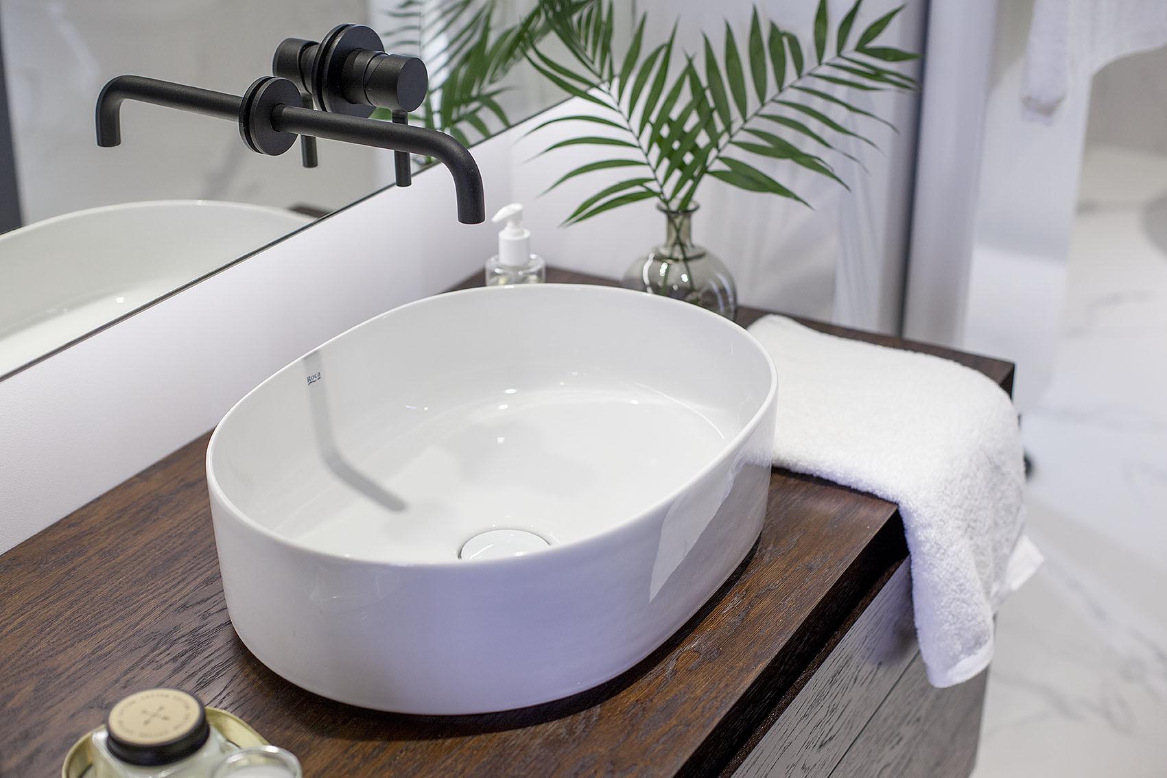 Umywalka stawiana na blat wraz z baterią podtynkową w łazience.