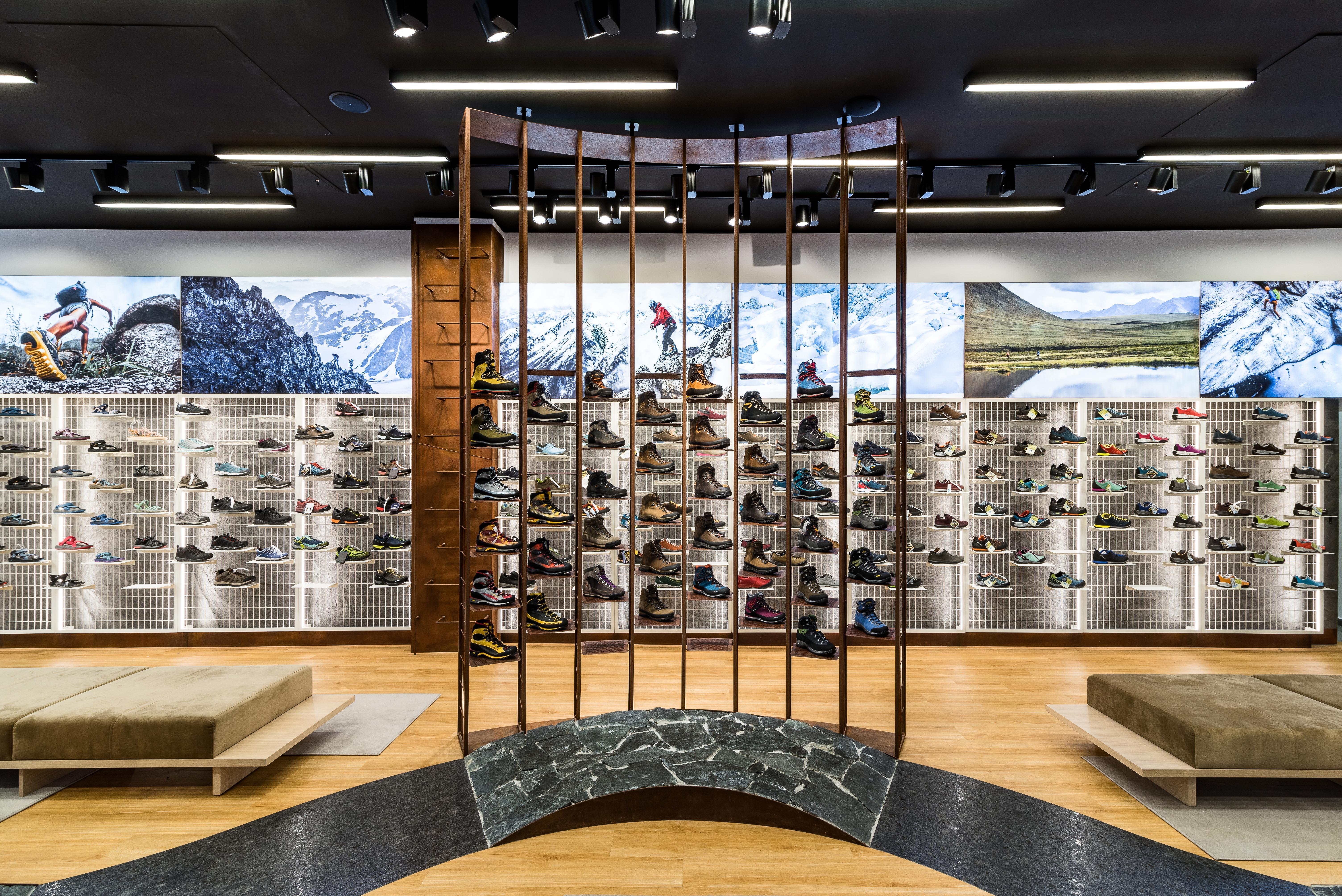 Regały z butami, ekspozycja sklepowa, siedziska do przymierzania oraz oświetlenie sklepowe